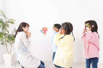 幼稚園で節分の豆まきをする子どもたち