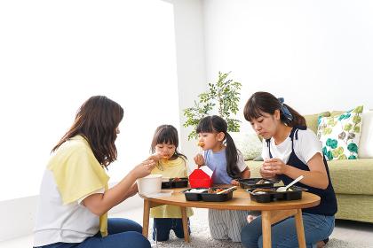 ごはんを食べる子どもとママ友