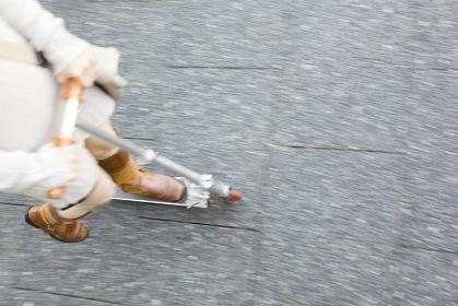 キックボードに乗る女性の足
