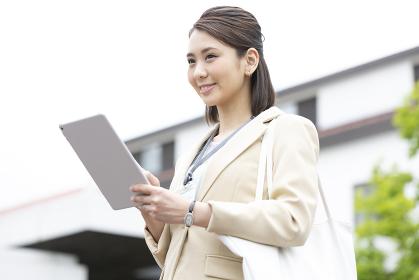 iPadを持つビジネス女性