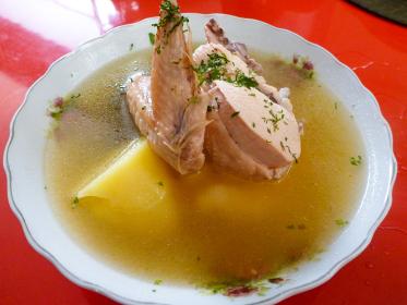 ボリビアの大衆食堂にて鳥肉とじゃがいものスープ料理
