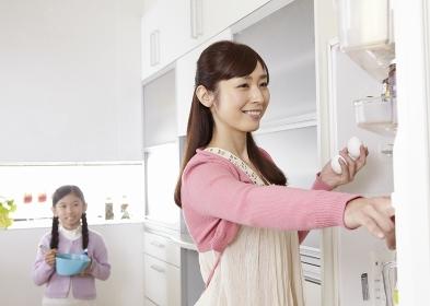 料理を作る母親と娘