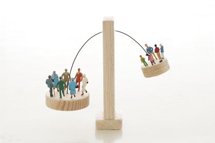 ミニチュア人形を使った高齢化社会を表したジオラマの模型