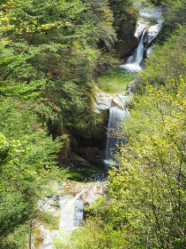 山梨県の尾白川渓谷にある神蛇滝を俯瞰撮影