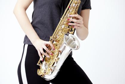 サックスを演奏する若い日本人女性