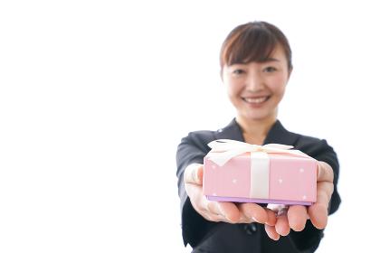 プレゼントを渡す女性