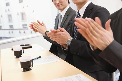 拍手をするビジネスマン