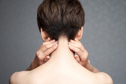 首筋の痛みに悩む中年の日本人女性