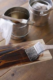 木材にオイルステインを塗るDIYのイメージ