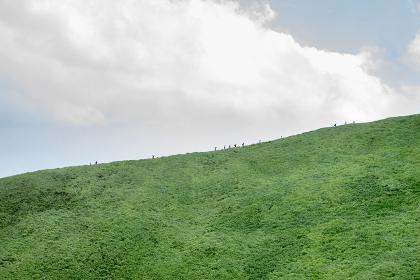 山稜を歩く人々(静岡県伊東市・大室山)