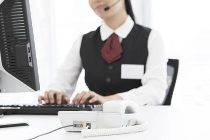 PC作業をする女性オペレーター