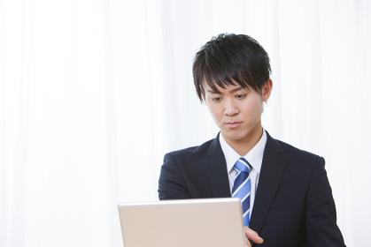 資料作成をする男性ビジネスマン