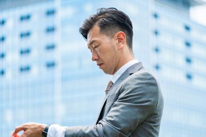 ストレスを感じた表情をするビジネスマン