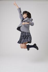 指を指してジャンプする女子中学生
