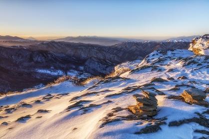 長野県・松本市 冬の美ヶ原高原の王ヶ鼻付近で眺める朝日射す雪の岩の風景