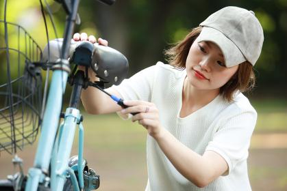 自転車の修理をする女性