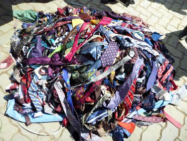 ボリビア・ラパス近郊にて路上のフリーマーケットの売り場に山積みされた大量のネクタイ
