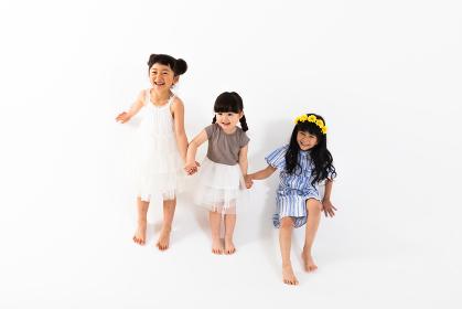 手を繋いで遊ぶ女の子