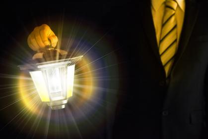 ランプで道を照らすビジネスマン