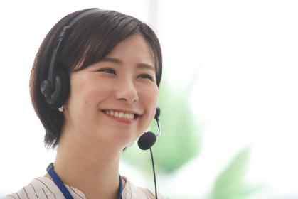 テレビ電話をする女性社員