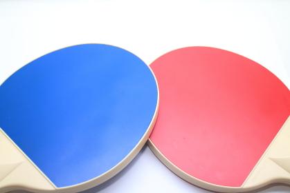 交差する赤と青のラケット