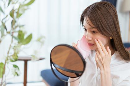 マスクによる肌荒れに悩む女性(ビューティーイメージ)