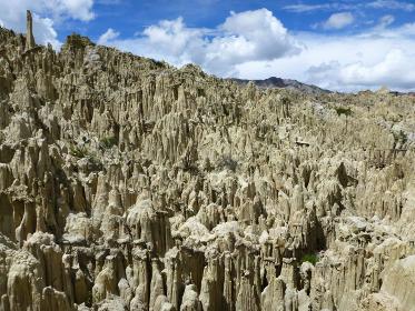 ボリビア・ラパス近郊の観光地である月の谷の自然侵食した奇岩と青空