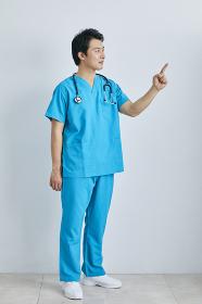 指差しをする日本人医師