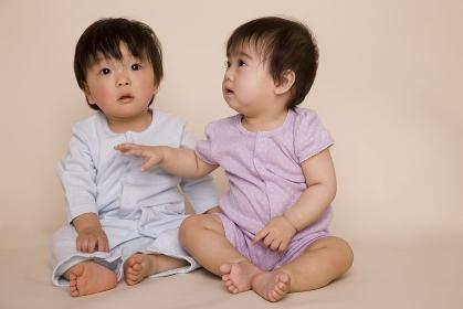 座っている二人の赤ちゃん