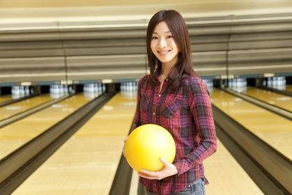 ボウリングの球を持つ女性
