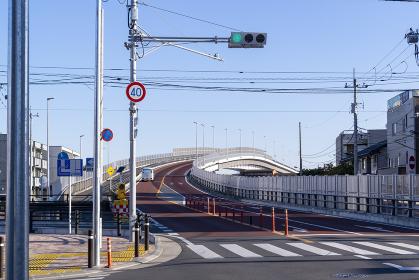 橋に続く坂道の道路