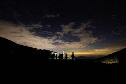 天体観測をする人々