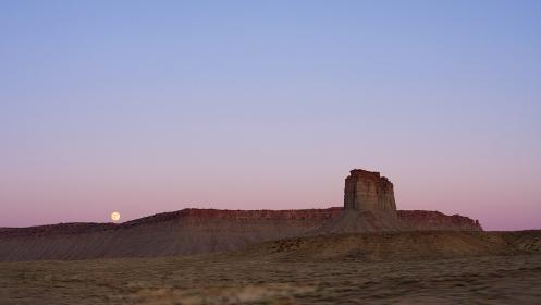 アメリカ合衆国・コロラド州 夕焼けの荒野に昇る満月