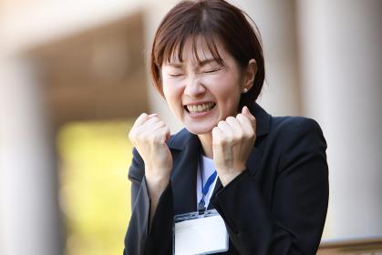 ガッツポーズする女性社員