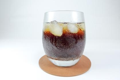 氷を入れたグラスに注いだコーラ