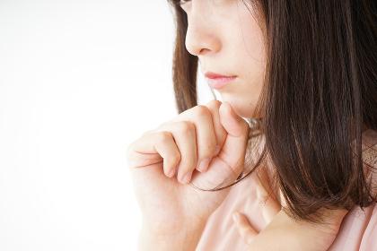 風邪で咳込む若い女性