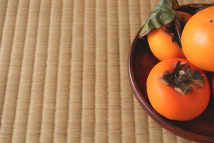 木製の平皿に盛られた柿 9