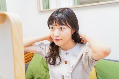 髪のセットをする若い女性