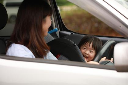 ドライブする親子