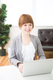 ラップトップコンピューターを見る女性 ビジネス