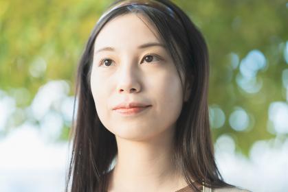 黒い髪の若いアジア人女性の屋外ポートレート