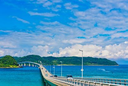 絶景 夏の角島大橋と青空とエメラルドグリーンの海