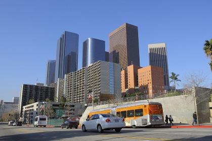 ダウンタウンの高層ビル群とバス