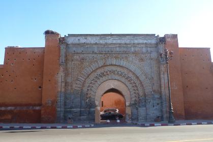 モロッコ・マラケシュ旧市街の王宮近くにあるローズピンク色のアグノウ門