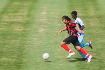 ドリブルをするサッカー選手