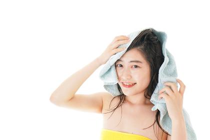 シャンプーをする若い女性