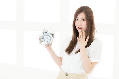 時計と驚く女性