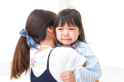 泣く子どもとお母さん
