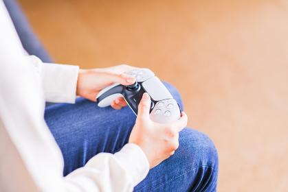 ゲーム コントローラで遊ぶティーンエイジャー 【eスポーツ】