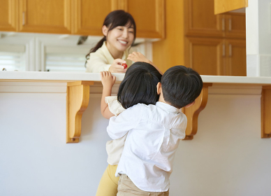 キッチンの日本人の兄妹